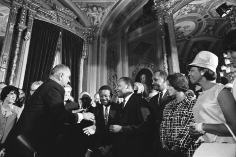 800px-lyndon_johnson_and_martin_luther_king_jr_-_voting_rights_act